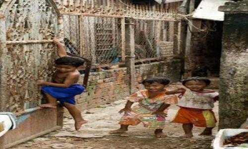 Zdjęcie KAMBODżA / - / Phnom Penh / Biedne, ale uśmiechnięte dzieciaki w stolicy Kambodży...