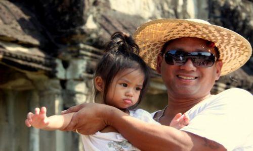 Zdjecie KAMBODżA / Siem Reap / Angkor Wat / Ojciec z córką
