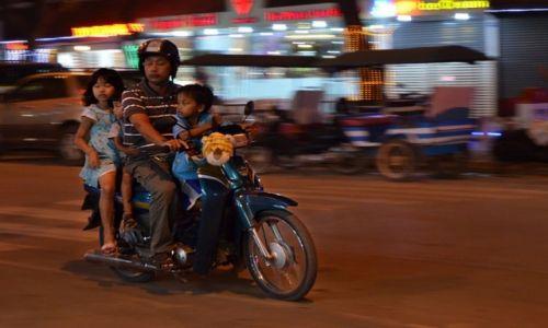 KAMBODżA /  Siem Reap /  Siem Reap / Rodzina na Motorze