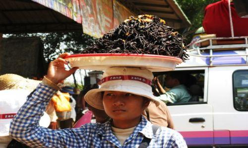 Zdjecie KAMBODżA / Phnom Penh / W drodze  / Handlowy parking