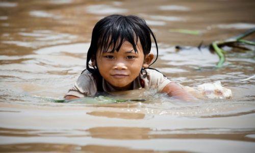 Zdjęcie KAMBODżA / Siem Reap / Wioska w pobliżu Siem Reap / Zabawy przed domem w miejscu gdzie drogi zastępuje woda