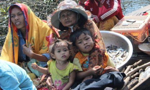 KAMBODżA / Tonle Sap / Tonle Sap / Ludzie na jeziorze