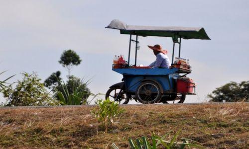 KAMBODżA / środkowa Kambodża / szosa krajowa nr 6 / Sprzedawca napojów