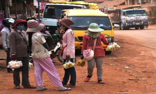 Zdjecie KAMBODżA / środkowa Kambodża / droga krajowa nr 6 / W piżamie