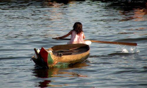 KAMBODżA / Siem Reap / jezioro Tpnale Sap / Mała  wioślarka