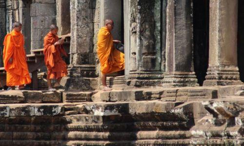 Zdjecie KAMBODżA / Siem Reap / Angkor / Mnisi w świątyni Bajon