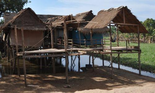 Zdjecie KAMBODżA / środkowa Kambodża / wioska przy drodze krajowej / W wiosce
