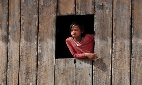 Zdjecie KAMBODżA / środkowa Kambodża / wioska przy drodze krajowej / Panienka z okienka