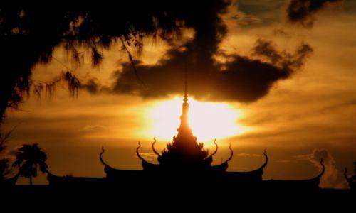 Zdjęcie KAMBODżA / Phnom Penh / Phnom Penh / Zachód słońca nad świątynią