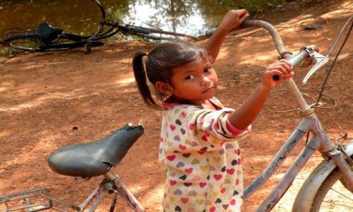 Zdjęcie KAMBODżA / Angkor / blisko świątyni Banteay Srei / Rowerzystka