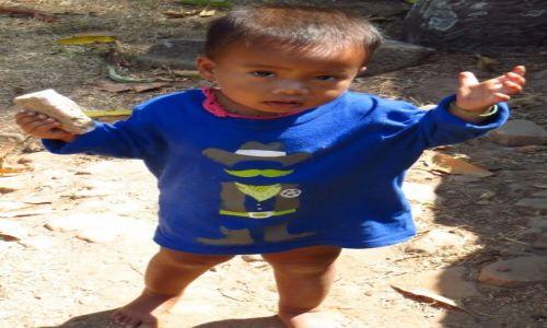 Zdjęcie KAMBODżA / Angkor / Świątynia Bakong / daj cukierka....
