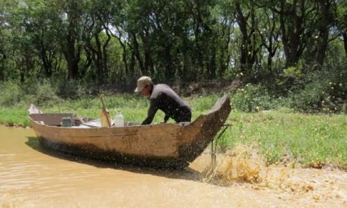 KAMBODżA / Jezioro Tonle Sap / Kampong Phluk / Czasem łódka odmawia posłuszeństwa