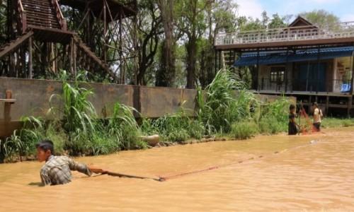 KAMBOD�A / Jezioro Tonle Sap / Kampong Phluk / Ryby �owi si� te� w kana�ach