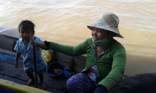Zdjecie KAMBODżA / - / Pływająca wioska na jeziorze Tonle Sap / Pracujące dzieci w Kambodży