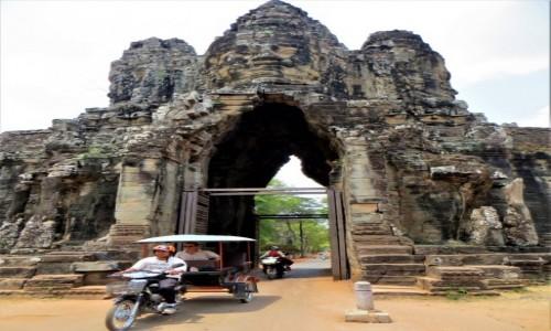 KAMBODżA / Prowincja Siem Reap / Angkor / Zwiedzać można tuk- tukiem