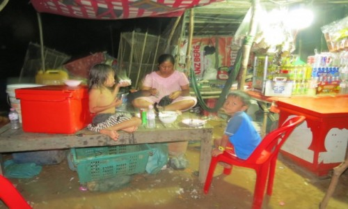 Zdjęcie KAMBODżA / Azja / Kambodża / Kambo rodzina na wodzie