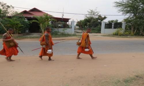 Zdjęcie KAMBODżA /  Azja  / Siem Rep / Kambo mnisi w drodze