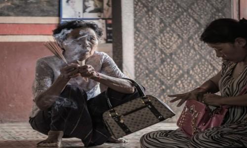 KAMBODżA / Prowincja Phnom Penh / Wat Phnom / Rewia ... mody ;-)