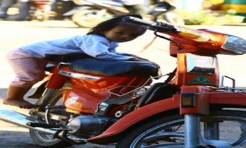 Zdjecie KAMBODżA / brak / Nad Mekongiem,przy granicy kambodżańsko-laotańskiej / Znudzona