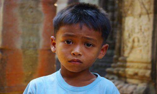 Zdjęcie KAMBODżA / siem reap / okolice  świątyń ankoru / chłopiec