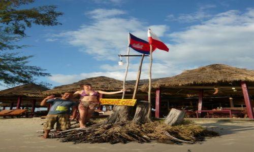 KAMBODżA / Sihanoukville / Otres Beach / Przyjaźń polsko-kambodzańska pod flagą białoczerwoną