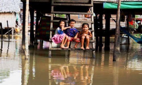Zdjęcie KAMBODżA / Siam Reap / Siam Reap / nad rzeczka opodal krzaczka...