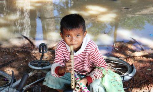 Zdjęcie KAMBODżA / Siam Reap / Angkor Wat / zaczarowany flet....