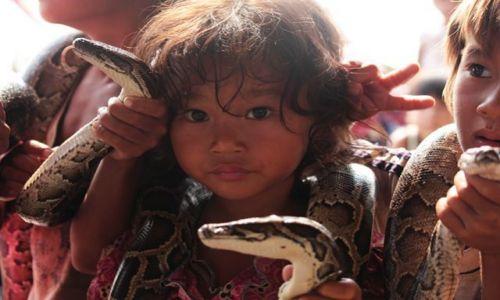 Zdjecie KAMBODżA / Siem  Reap / wioska na jeziorze / dzieci w Kambod