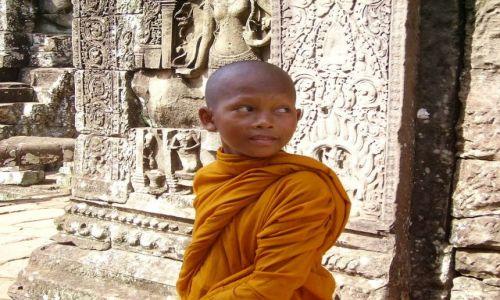 Zdjęcie KAMBODżA / Siem Reap / światynia Bayon / młody mnich w światyni Bayon