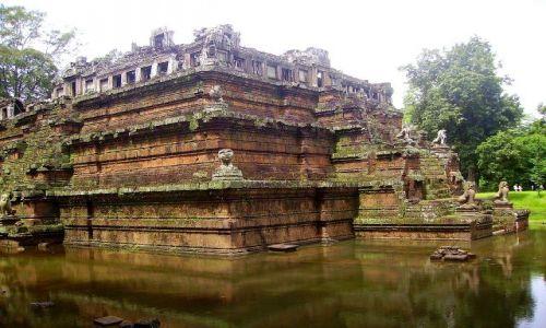 KAMBODżA / okolice Siem Reap / zespół Angkor Wat / zbudowana jak schodkowa piramida