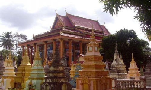 Zdjęcie KAMBODżA / okolice Siem Reap / cmentarz przy wiosce w okolicach Siem Reap / bogaty cmentarz biednej wioski