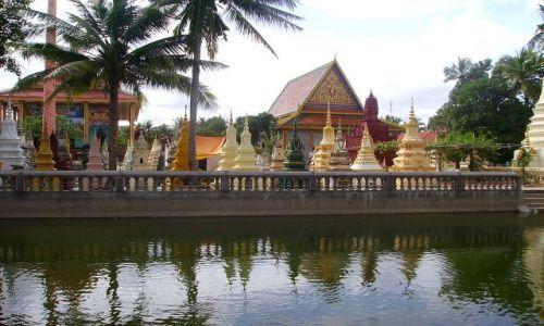 Zdjęcie KAMBODżA / okolice Siem Reap / cmentarz przy wiosce w okolicach Siem Reap / widok na światynię i cmentarz