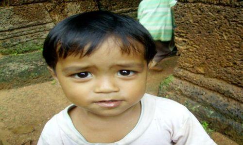 Zdjęcie KAMBODżA / okolice Siem Reap / świątynia Banteay Srei / czy te oczy mogą kłamać?
