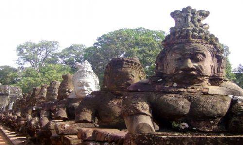 Zdjęcie KAMBODżA / okolice Siem Reap / świątynia Bayon - Angkor Wat / szpaler w aleji do Bayon