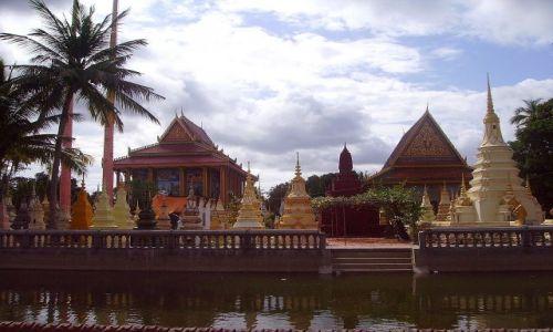 Zdjęcie KAMBODżA / okolice Siem Reap / wioska w okolicy Siem Reap / widok na cmentarz. nie taki smutny wcale .....