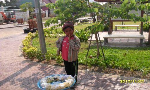 Zdjęcie KAMBODżA / angkor / kambodza / chlopak handlujacy
