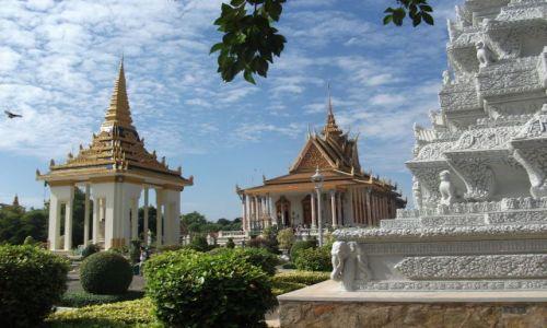 Zdjęcie KAMBODżA / Phonm Penh / Phonm Penh / ... pomiędzy ... Świątynia Szmaragdowego Buddy ...