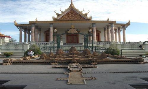 Zdjecie KAMBODżA / Phonm Penh / Phonm Penh / ... miniatura Angkor Wat... z tyłu Świątynia Szmaragdowego Buddy...