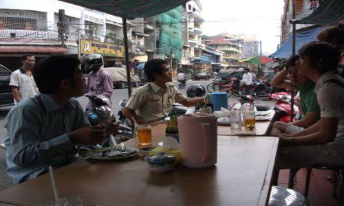Zdjecie KAMBODżA / Phonm Penh / Phonm Penh / ... z ulicznej knajpki ...