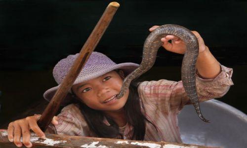 Zdjęcie KAMBODżA / Siem Reab / Kompong Phluk / dziewczynka z wężem