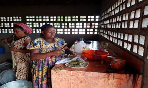 Zdjecie KAMERUN / - / Abong-Mbang / Wizyta w szkole - przygotowanie posiłku