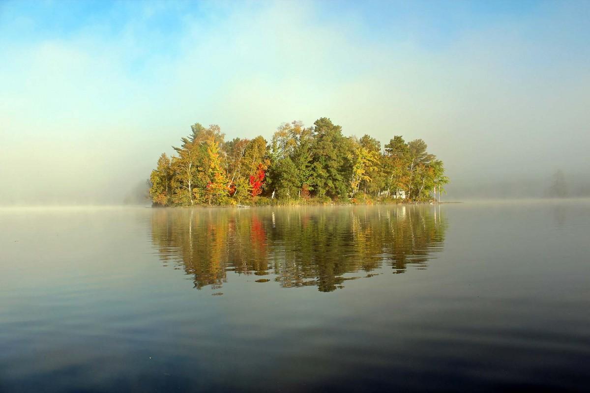 Zdjęcia: Park Restoule, jezioro Stormy Lake, Ontario, Wyspa w porannej mgle, KANADA