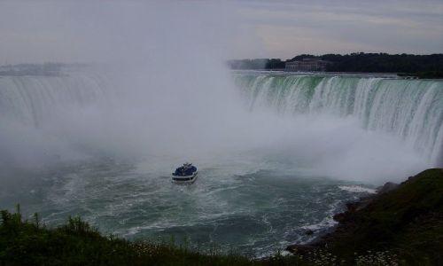 Zdjęcie KANADA / Ontario / Niagara Falls / stateczki podpływaj prawie pod sam wodospad