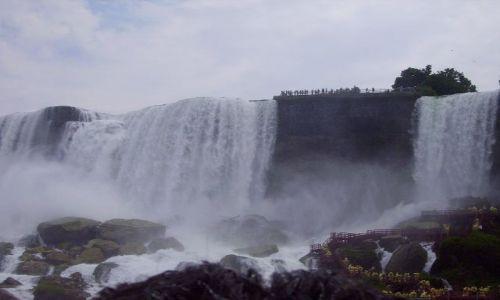 KANADA / Ontario / Niagara Falls / u stóp American Falls