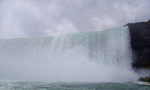 KANADA / Ontario / Niagara Falls / Horseshoe Falls widziany od dołu