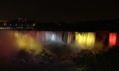 Zdjecie KANADA / Ontaro / Niagara Falls / Niagara Falls podsietlona w nocy