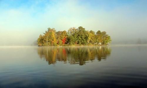 Zdjecie KANADA / Ontario / Park Restoule, jezioro Stormy Lake / Wyspa w porannej mgle