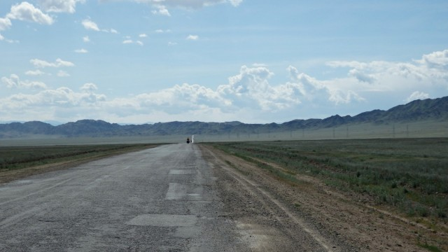 Zdjęcia: ok. 20 km. przed Kanionem Szaryńskim, Kazachstan południowy, Na szczęście wiatr w plecy, KAZACHSTAN