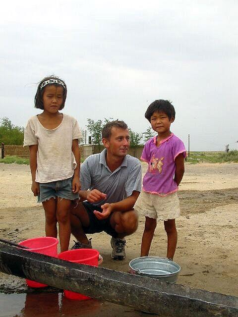 Zdjęcia: okolice Aralska, Tankowanie wody wśród miejscowych, KAZACHSTAN
