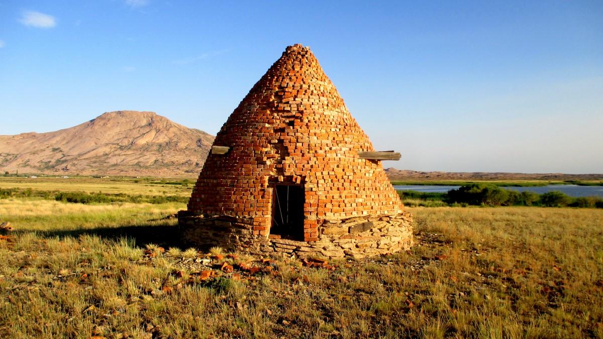 Zdjęcia: Bektau-Ata Trakt, 70 km na północ od Bałchasz, Kurhan, KAZACHSTAN
